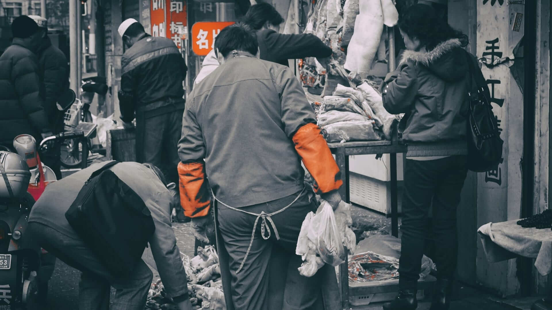People are bargening at a market in Shanghai.