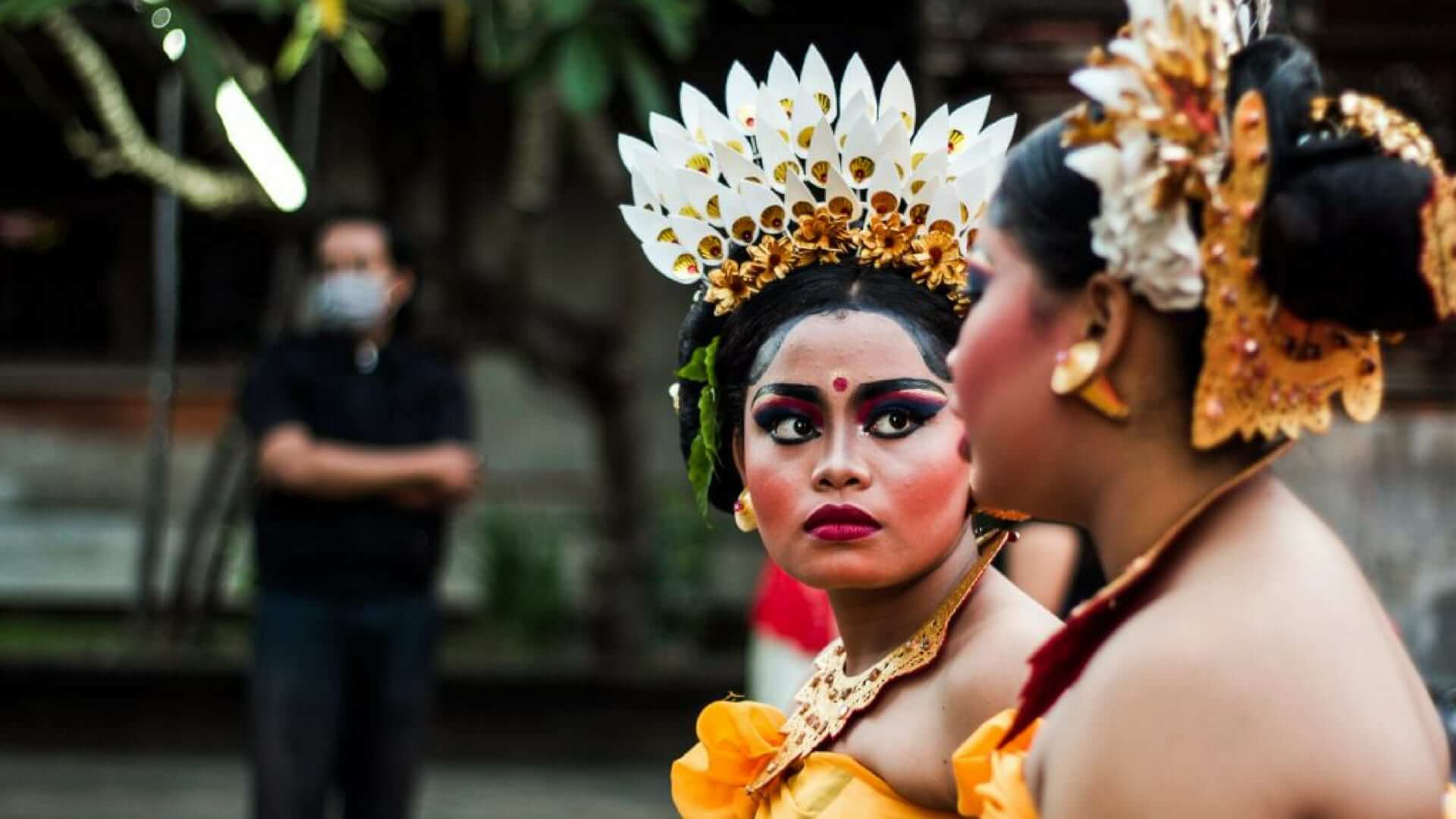 Hindu women talking to eachother in Balinese clothes in Bali.
