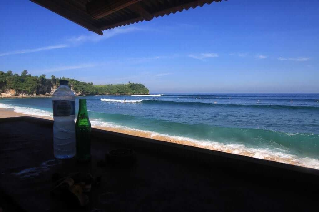 The view from the warungs is amazing! Surf wasn't big but the drinks were cold