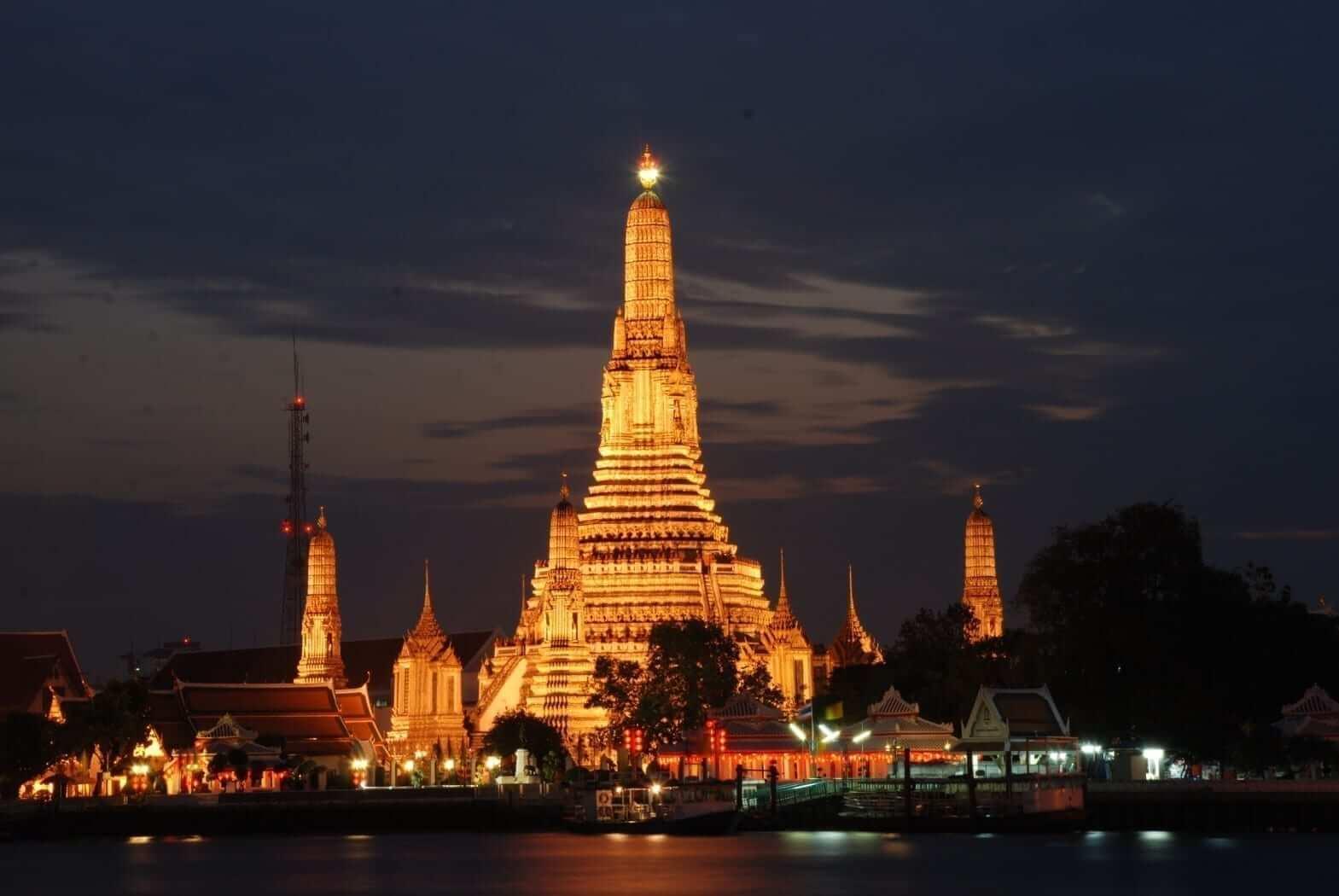 Spectacular Wat Arun during night time