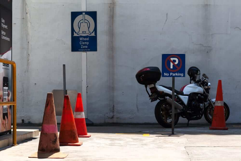 someone is disobey the parking rule in singapore