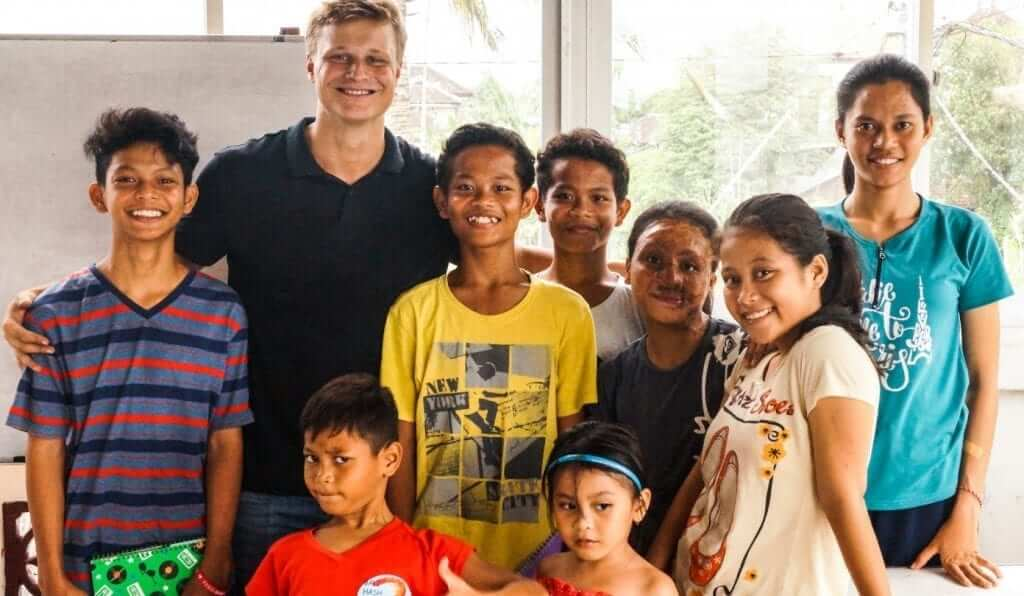 group picture of a student volunteer in Bali with his students